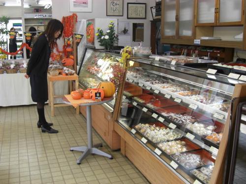 店内には迷ってしまうほどたくさんのお菓子が並んでいます