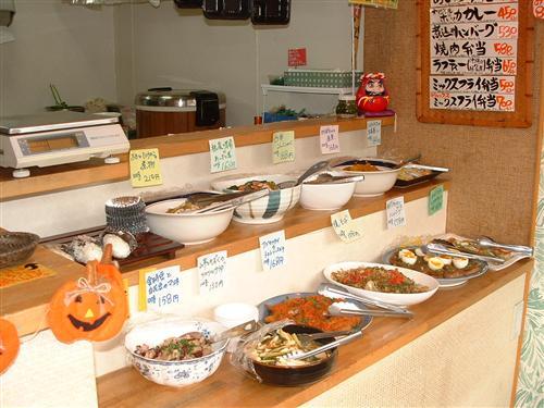 ずらりと並ぶ日替りのお惣菜。(12:00~13:00)