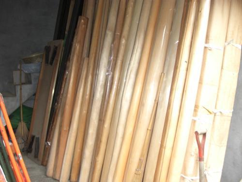 下小屋には京都北山産の丸柱がずらり。