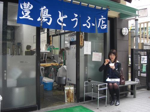 小さいカップは店頭でも食べることができます。225円
