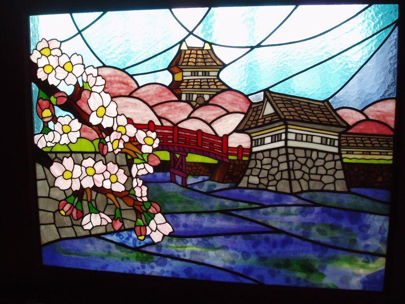 *小田原城の春*4月に茅ケ崎市立美術館で開かれたIAC工芸展で三島パサディナ美術館長賞を受賞した作品です。衝立に入っていますが、窓に入れても素敵なステンドグラス作品です。(希望価格43万円)