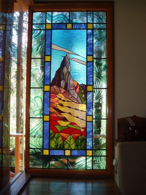 箱根の住宅に取り付けたステンドグラス。周囲の自然と山のモチーフは、一体に溶け合い自然が好きな施主様のご希望とも一致した作品となりました。