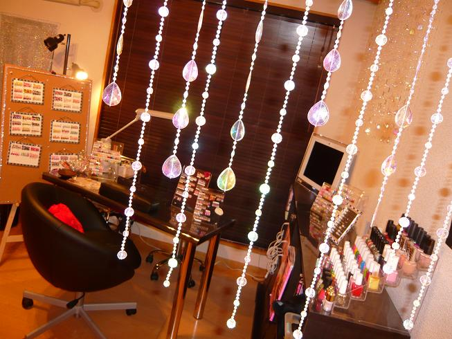 ネイルサンプルがたくさん飾られている室内。どのようにしてもらおうかと迷っちゃう♪