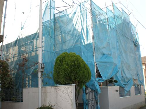 飛散防止のためのネットを張り、配慮しています。
