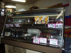 店舗内にあるケースでは、自家製のタレやキムチの販売もしています。