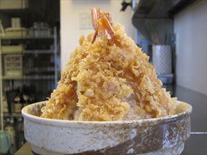 びっくり天丼 1,600円(税別) 海老5本 ご飯大盛り(小鉢・お吸い物・おしんこ・デザート付)