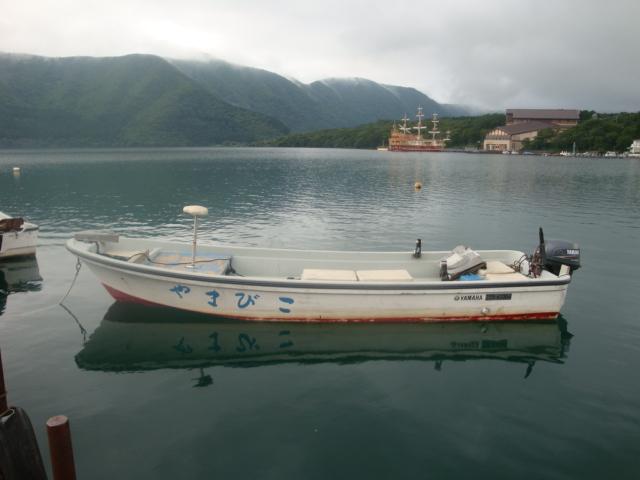 やまびこのエンジンボートはルアー・フライフィッシングに最高の環境を提供します。その他、手漕ぎボートもございます。
