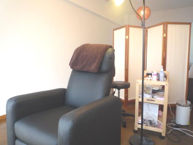 フローリングと白い壁を基調としたシンプルな内装に、リクライニングソファーでリラックスしながらの施術。