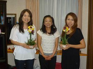 主宰の勝又です(写真中央)(社)IFA国際フラワーアレンジメント協会認定校になっています