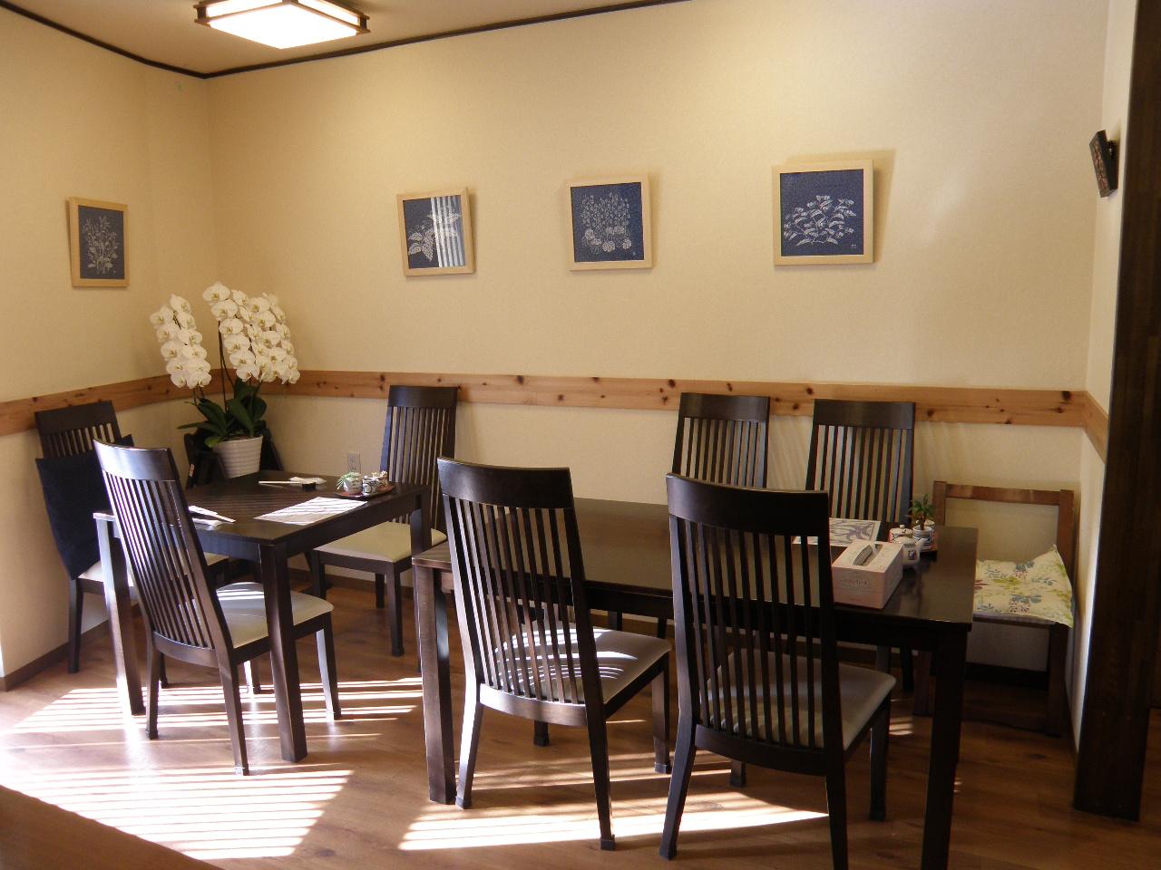明るく綺麗な店内は15~16席。こちらはテーブル席。