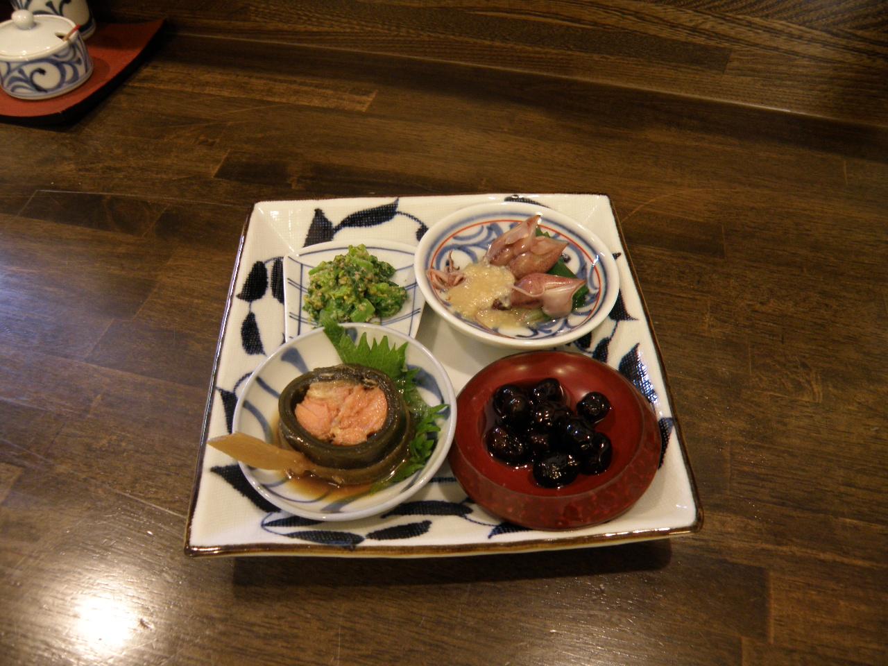 お昼はお蕎麦が中心となりますが、夜のメニューでは一品料理も人気です!
