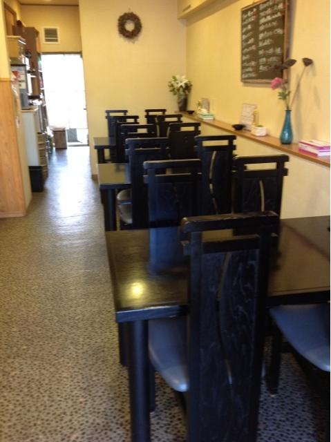 テーブル席と一人でも気軽なカウンター席もあります!
