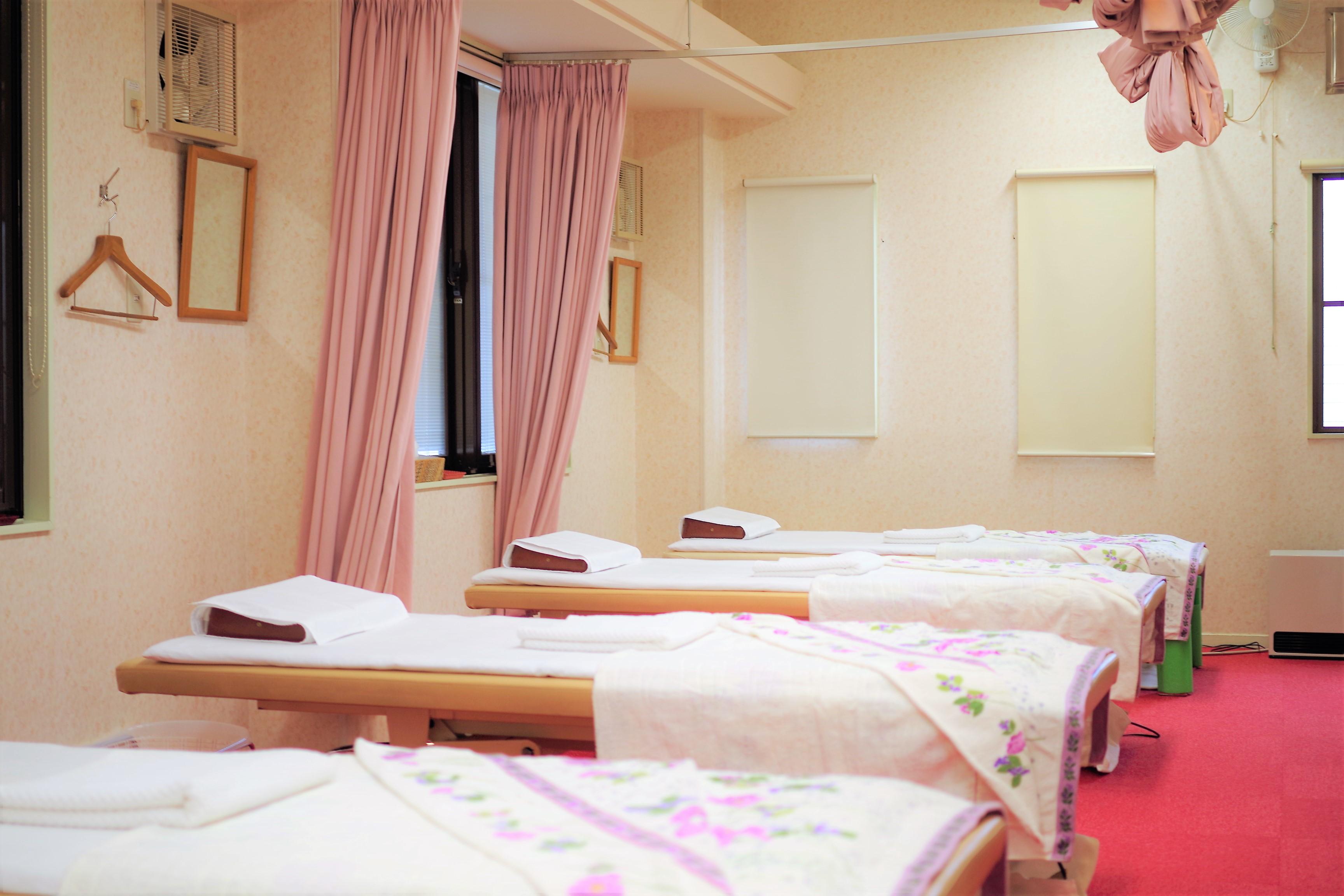 治療ベッドは6台あります。 ※実際の治療の際はカーテンで仕切らせて頂いております。  お待たせする時間は0分~5分と、可能な限り短くできるよう努めておりますが、はりきゅう治療の性質上、30分以上お待たせしてしまう場合がございます。 時間予約をご希望の場合やその他ご不安な場合はお気軽にご相談下さい。