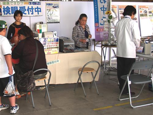 検眼車以外、あなたのお部屋など、どこでも検眼致します。ベッド脇や車椅子のままで検眼できるのは神奈川県西部ではトミー・アイだけです。