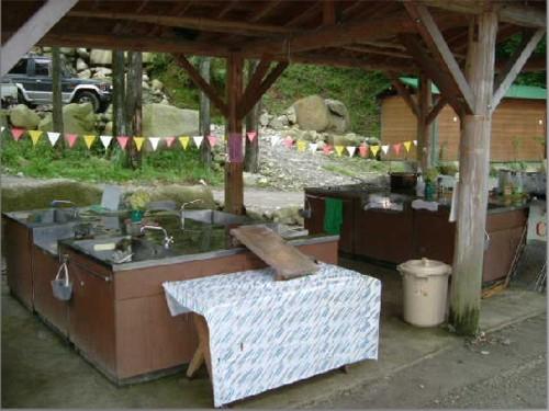 屋根付き炊事場も完備