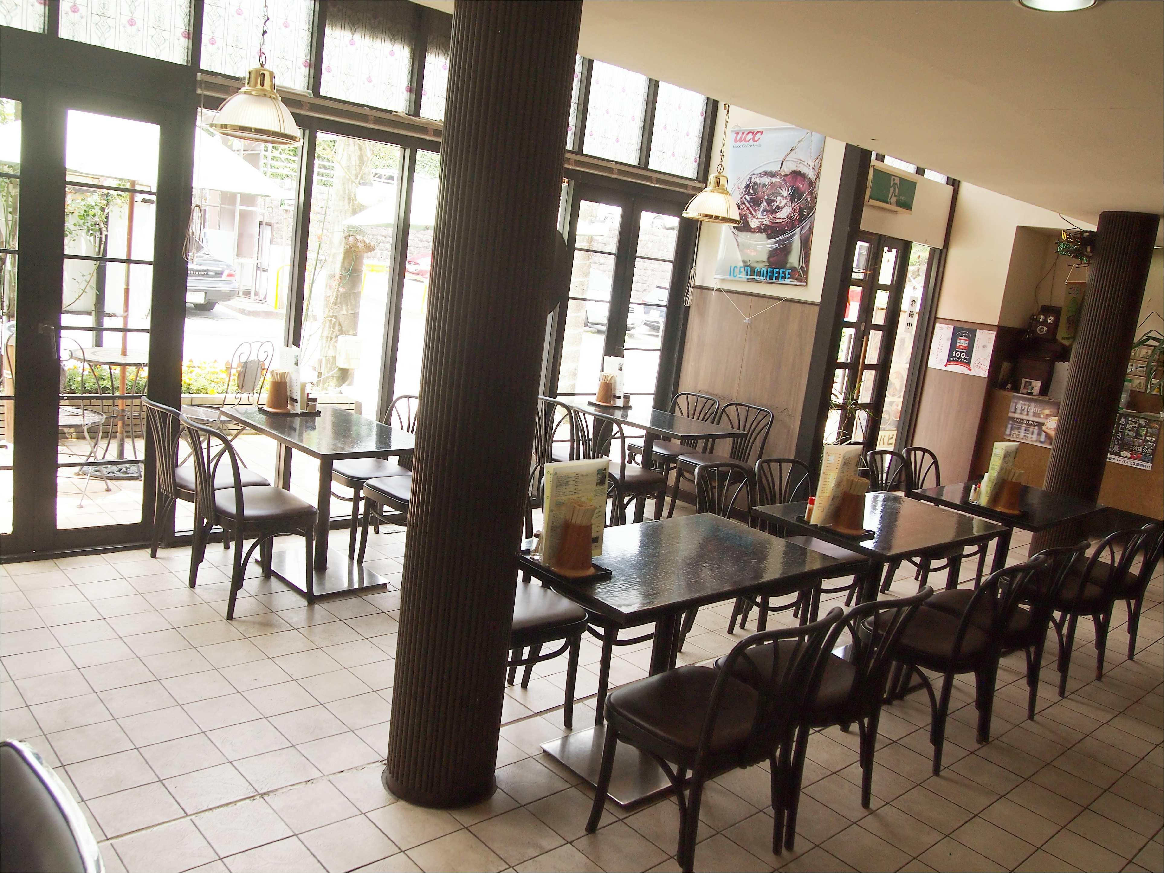 店内は客席同士のスペースが広くゆったりでき、路面側の大開口窓から入る自然光が心地よく開放感があります。