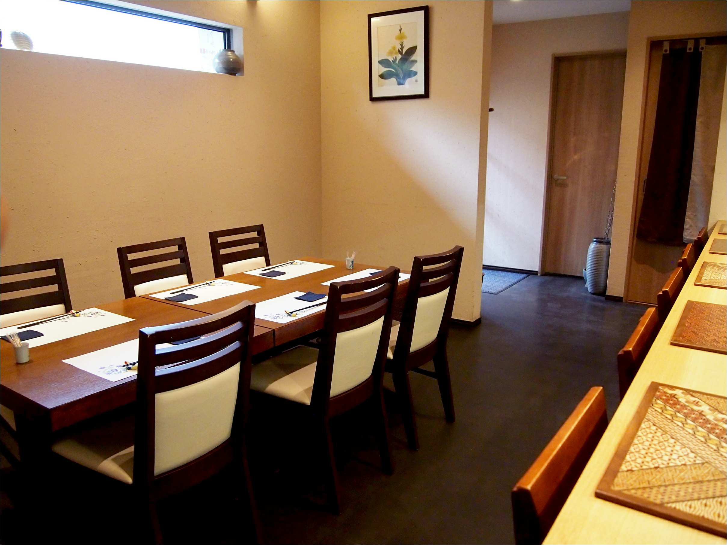 店内はカウンターが6席、テーブルが6席と、6名用の個室が1部屋。