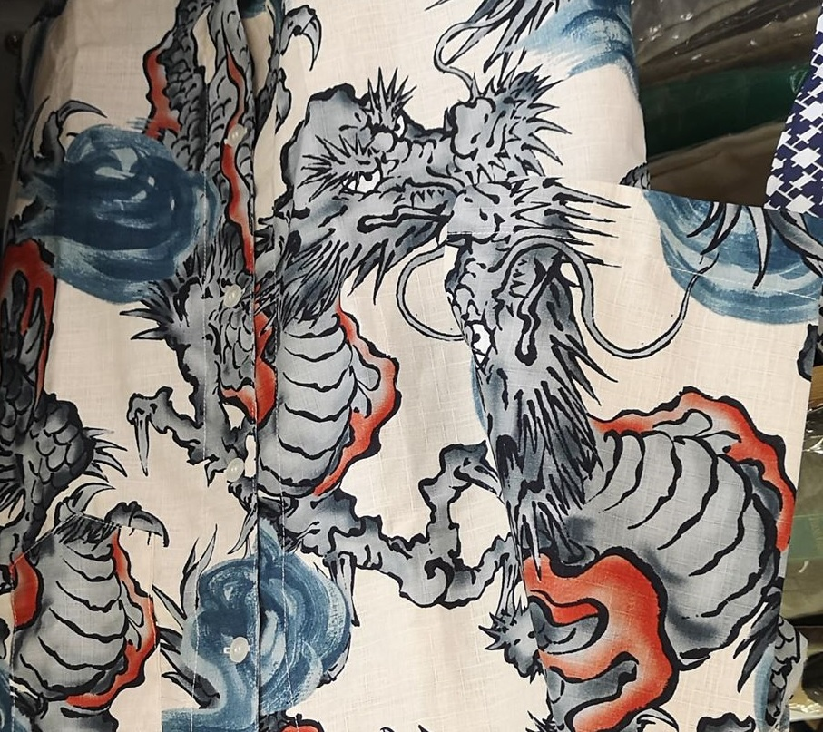 店内は個性が光る和柄の鯉口シャツと股引のセットがバリエーション豊かに展示されています