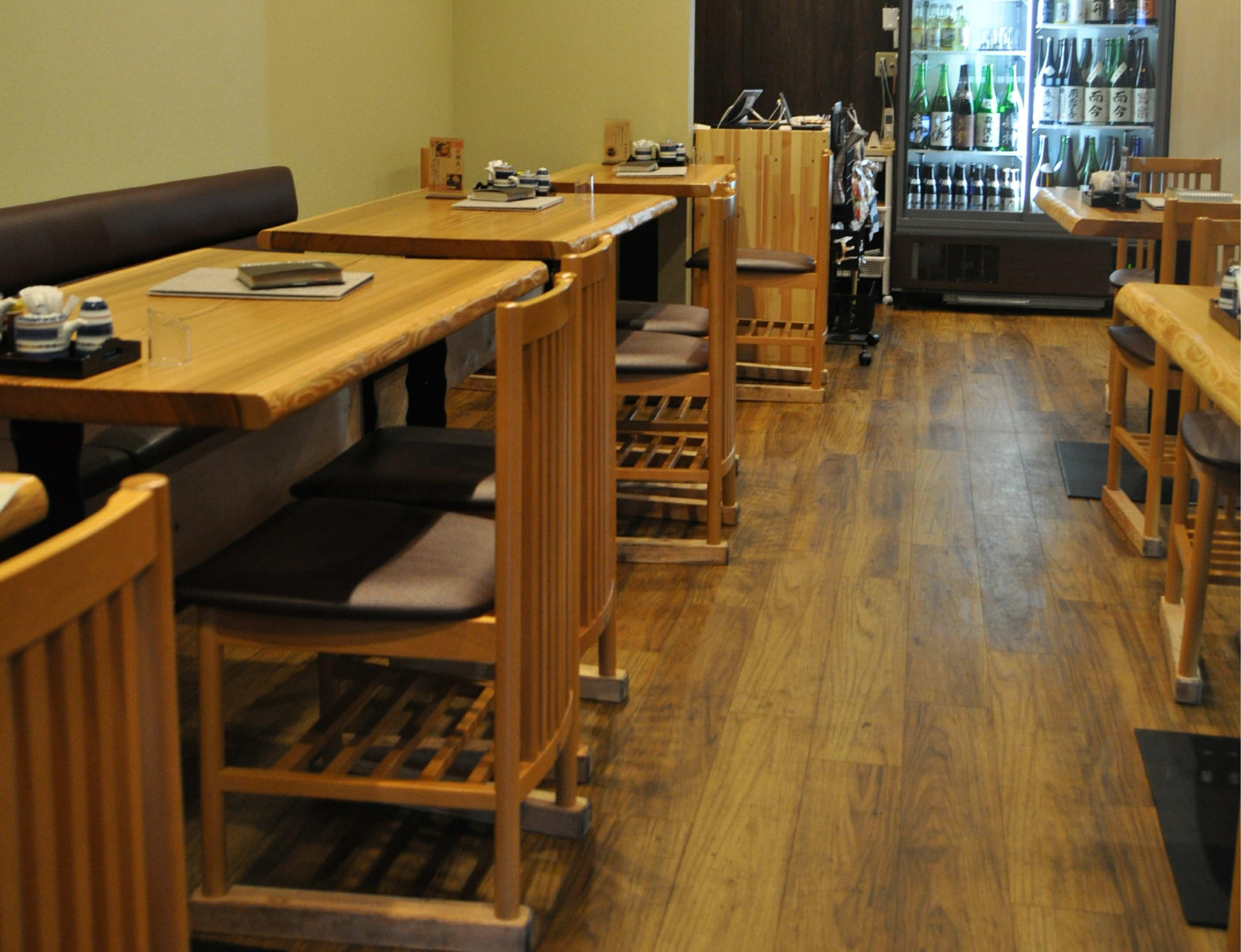 広めのテーブルとカウンター、個室があり、合わせて30席。 20名前後で貸し切りもOK。