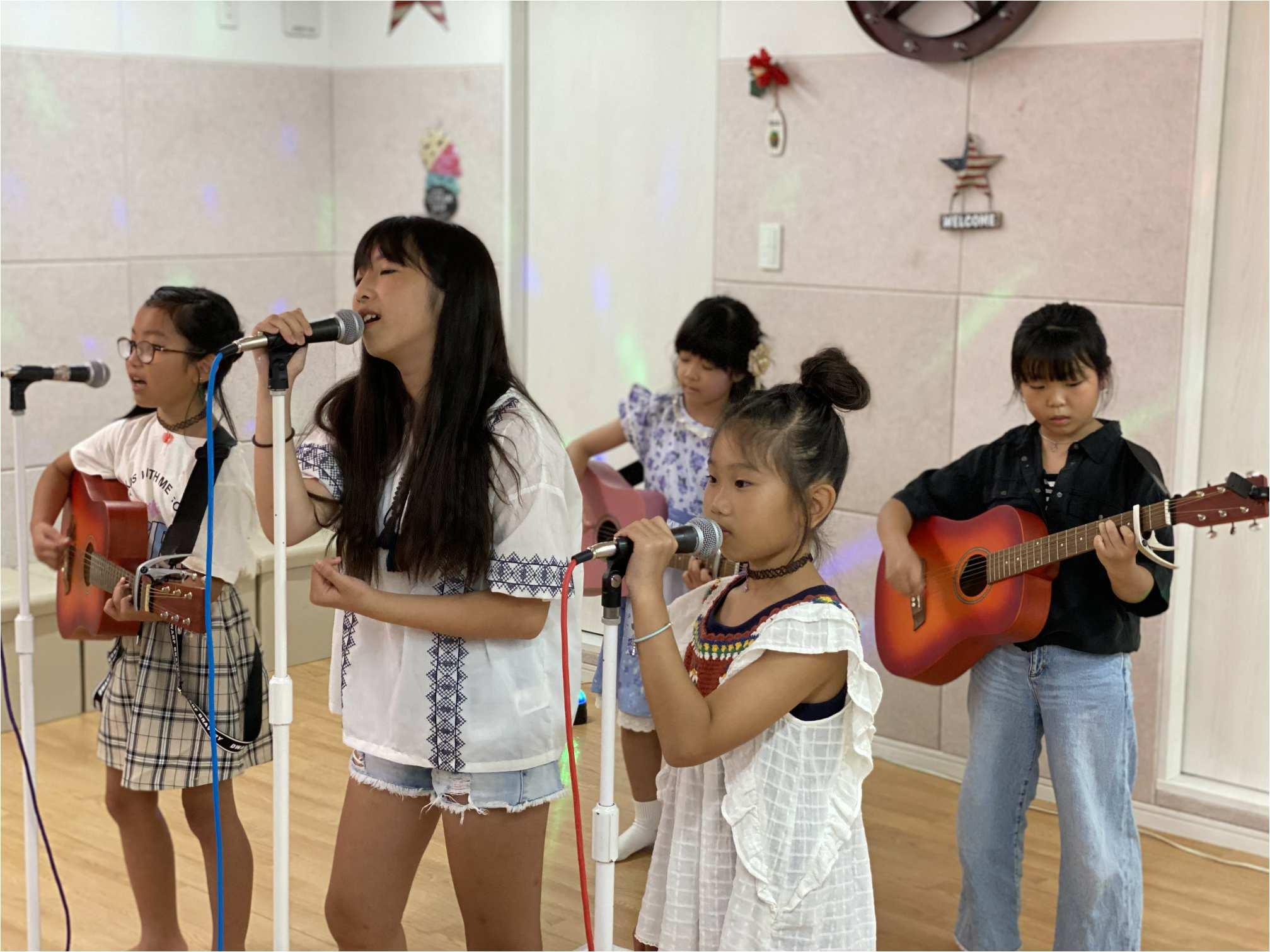 力強く個性的な歌唱、作曲の力を育てる。