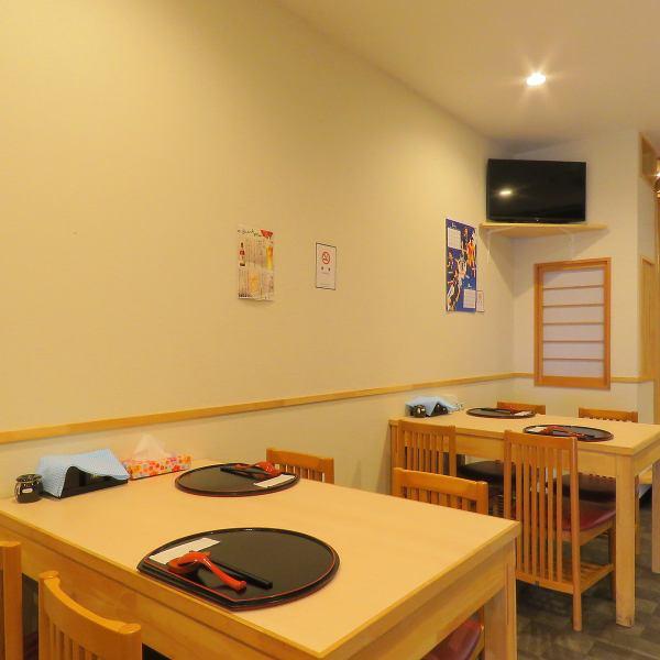 店内は白木のカラーで統一され、ラーメン屋さんというより小料理屋のような落ち着きと清潔感。