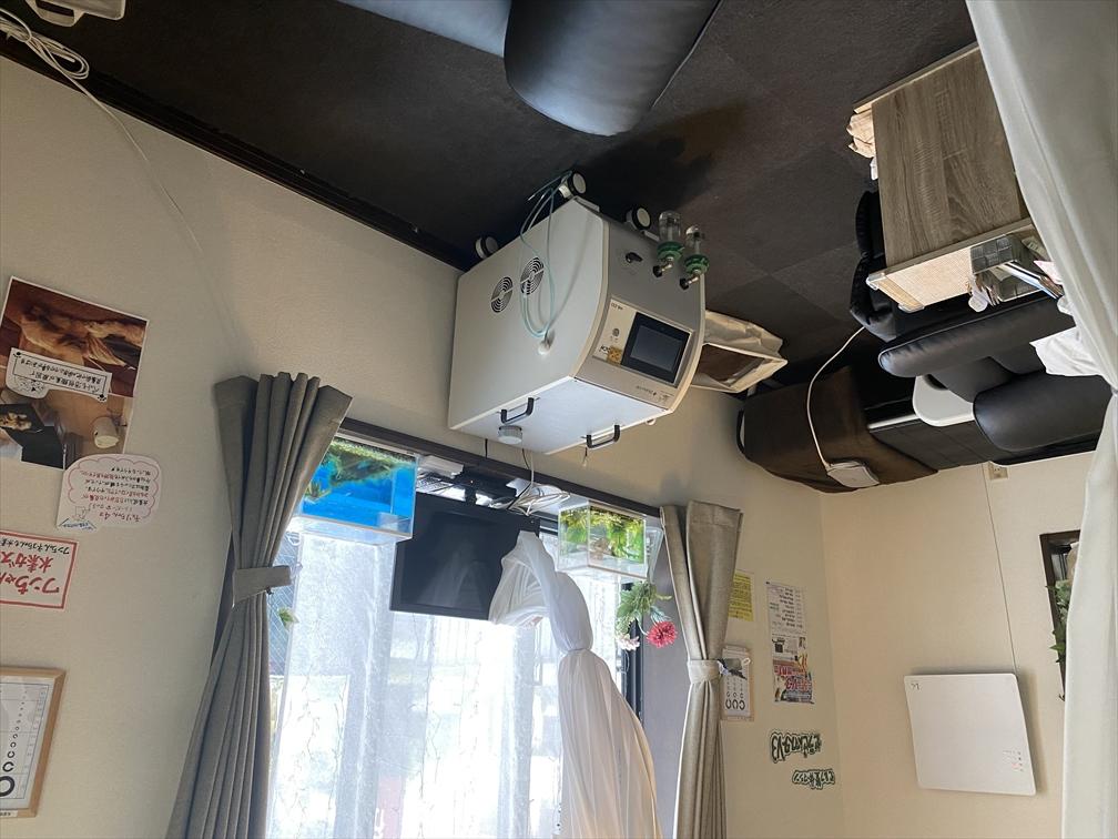 水素サロン「R」の水素ガス吸入器の水素濃度は680,000volppmと高濃度をキープします。 リクライニングシートに座り、水素吸入をしながらひとときの癒しの時間をお過ごし下さい。  水素吸入の他、オプションメニューとしてもみほぐし、リフレクソロジー(フット・ハンド・ヘッド)、自動温熱整体マシンなどもお手頃価格でご提供しております。  開放的な空間で快適にお過ごしいただけます。