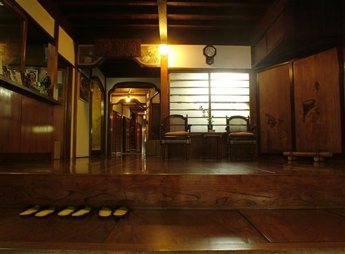 玄関風景。あめ色に光る廊下は、歴史が紡いだ伝統の証。