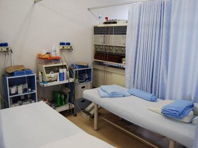 清潔を心がけている施術室はカーテンで区切られています。