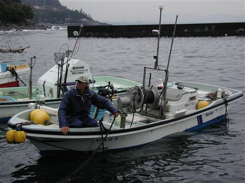 漁船・海真丸です。小田原・港の朝市にも出店しています。小田原周辺の料理屋さんへも直接おろしています。(ヒラメ・イセエビ・サザエなど、地魚をお届けしています)個人のお客様への宅配も行っています。