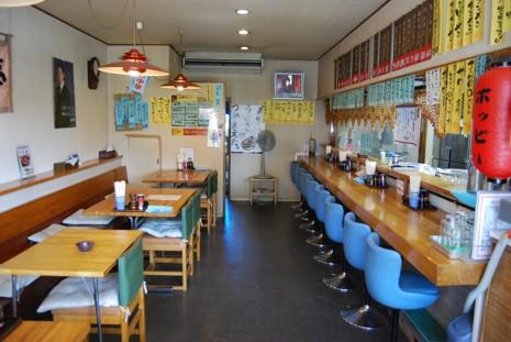 店内は広いカウンターとテーブル席です。ホッピーやドリンク類も豊富にそろえています。
