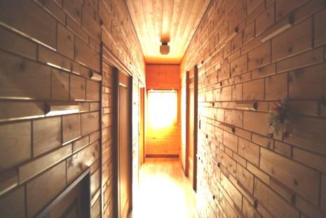 檜の壁に囲まれた廊下です。採光を考え、見た目の美しさもこだわります。