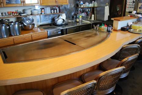 カウンター席は鉄板を囲むように並んでいます。お好み焼きを上手く焼けない方は焼いてお出しします。