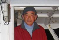 """露木國敏船長。真鶴町役場職員(水道課)から漁師の道を選び24年になります。現在は、むすこさんと共に2ハイの船で游漁船の船長をしています。國敏丸は、1年を通して主に""""マダイ""""で出船しています。皆さんに楽しんでいただけるよう一生懸命ご案内します。"""