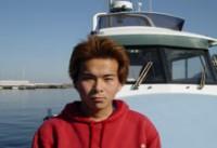 """露木正敏船長。真鶴港國敏丸の十二号船を操船しています。高校を卒業してすぐに父の船の上乗りをはじめ、それから2年後に新造船第十二国敏丸が就航し、今は1年を通して""""イカ""""を狙っています。日本一の釣り船を目指します!是非、ご利用ください。"""