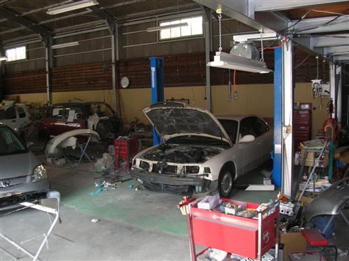 工場は広く、5台分の修理レーンを確保しています。